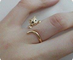 고양이의 꼬리를 이용해 반지를 만들고 매달려있는듯한 모습이 좋았다.