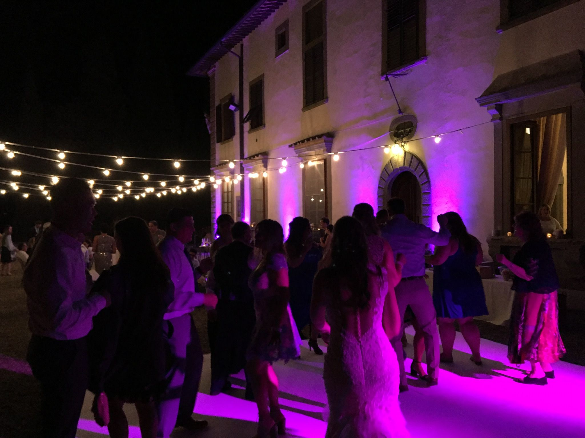 Merveilleux Bulbs Set Up And Dancefloor #wedding In #tuscany #tuscanwedding