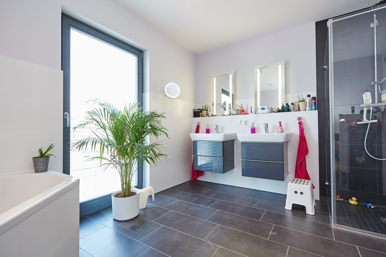 Bad mit Fliesen grau/ weiß & begehbare Dusche Badezimmer