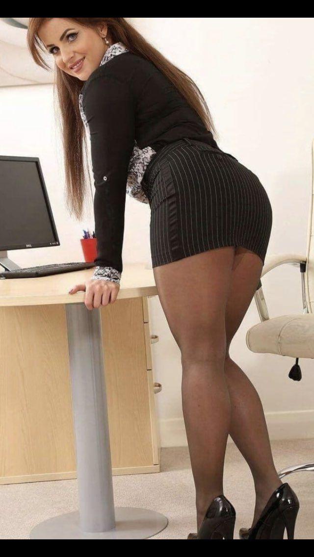 Simple p/hose cross legged thigh flash | Beautiful Ladies