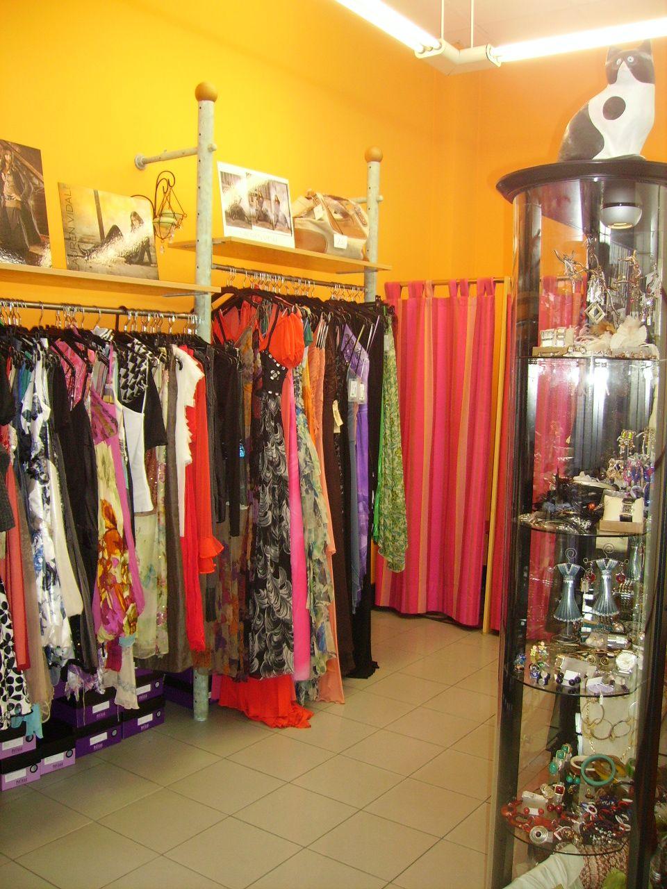 ad6db17e6c4 Se vende material de segunda mano para montar tienda de ropa. ¡¡¡Feliz  Sábado!!!