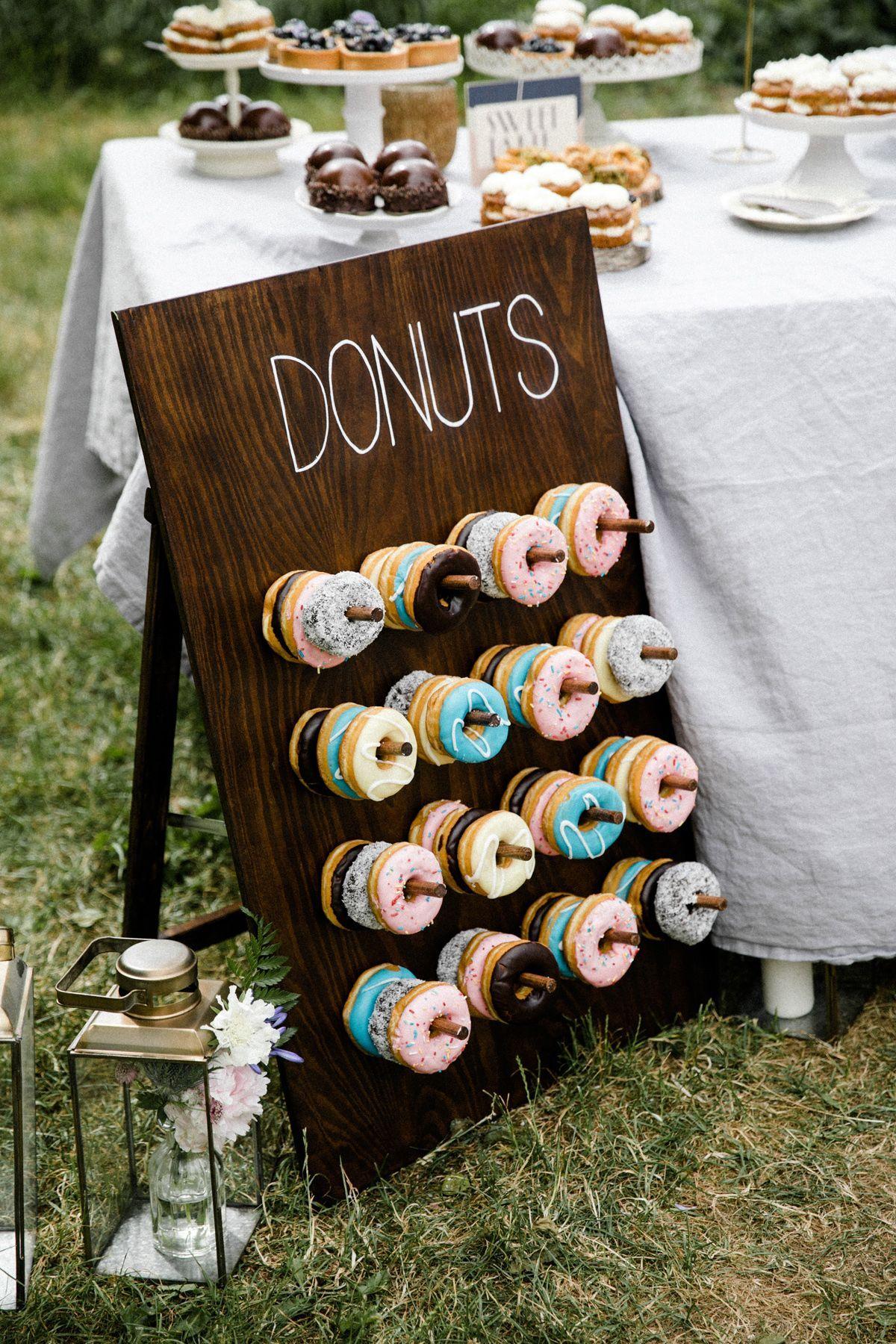 Donut Wall auf der Hochzeit #donutwall #hochzeit #rustikal #schlicht #donut