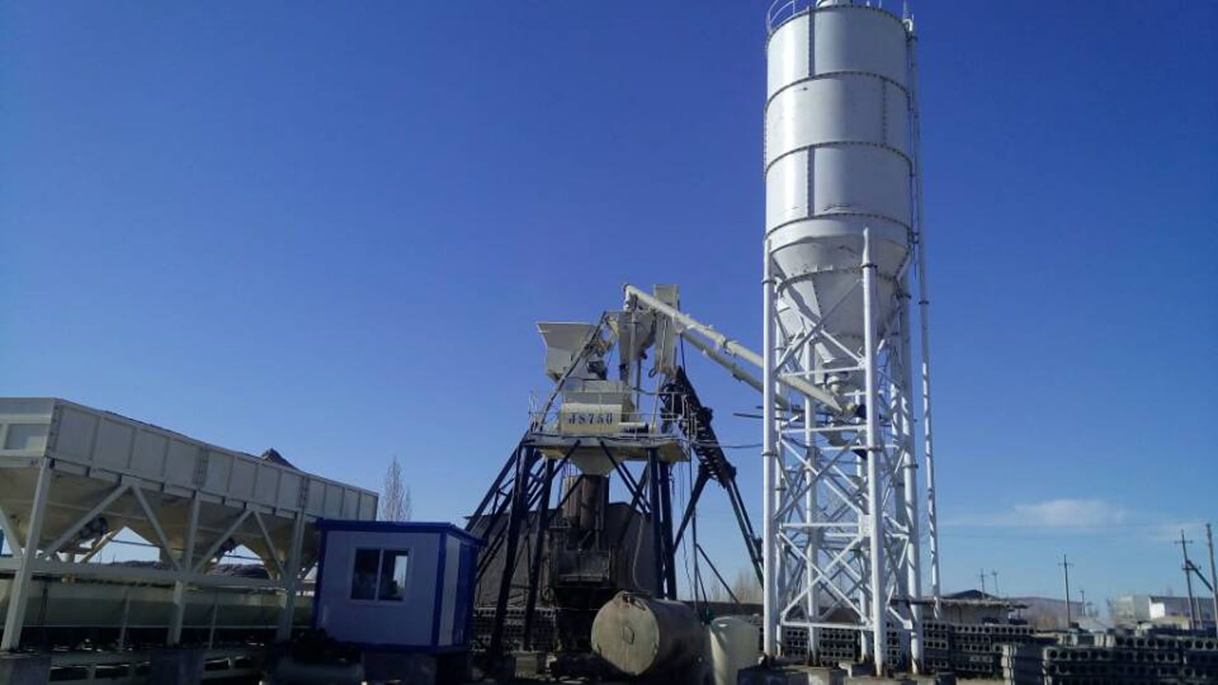 HZS35 concrete batching plant is a small concrete mixing