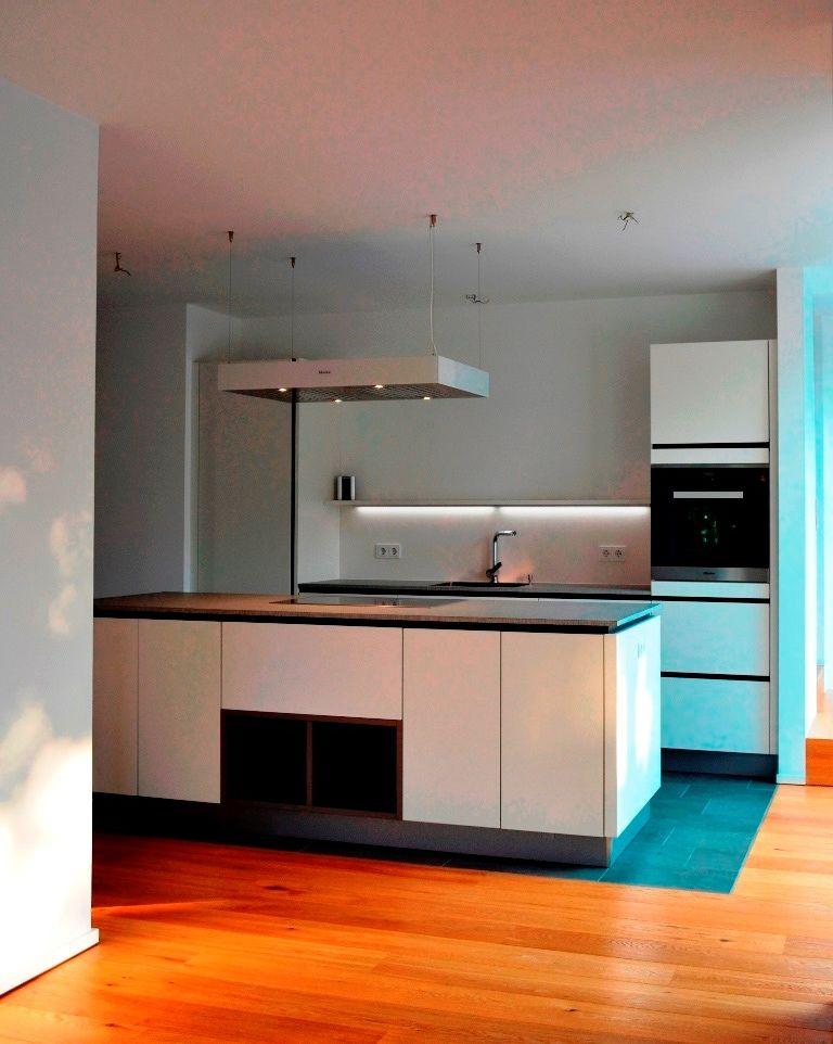 Eine moderne Küche mit schönen Details Die grifflosen Fronten - küche in dachschräge