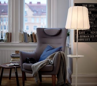 Ein Wohnzimmer U A Eingerichtet Mit VARV Standleuchte Kabelloser Ladefunktion STOCKHOLM Sessel Hoher