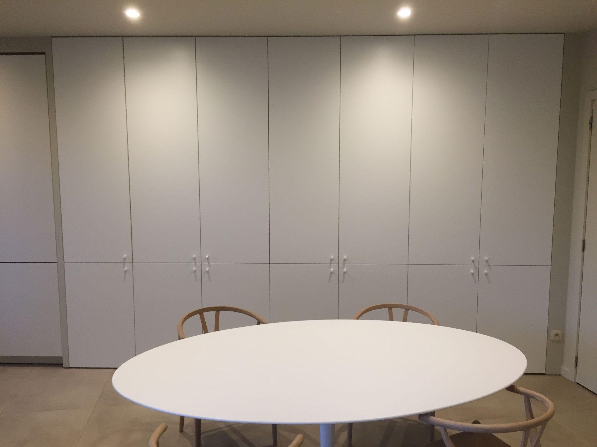 De maatkast in de eetkamer is in dezelfde minimalistische uitvoering