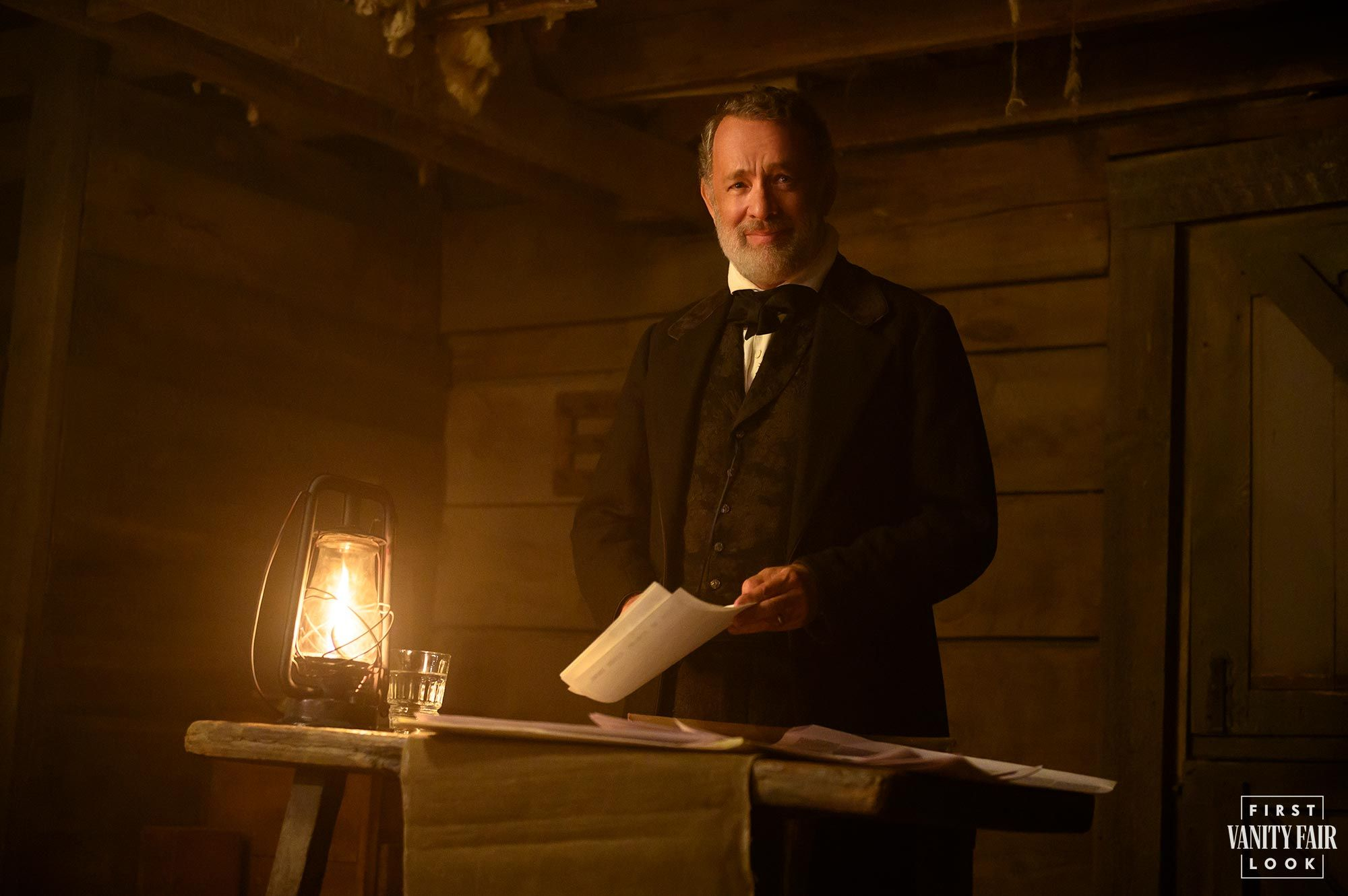 News Of The World First Look Tom Hanks Goes On A Journalistic Old West Adventure In Paul Greengrass New Film In 2020 Tom Hanks Award Season Street Fights