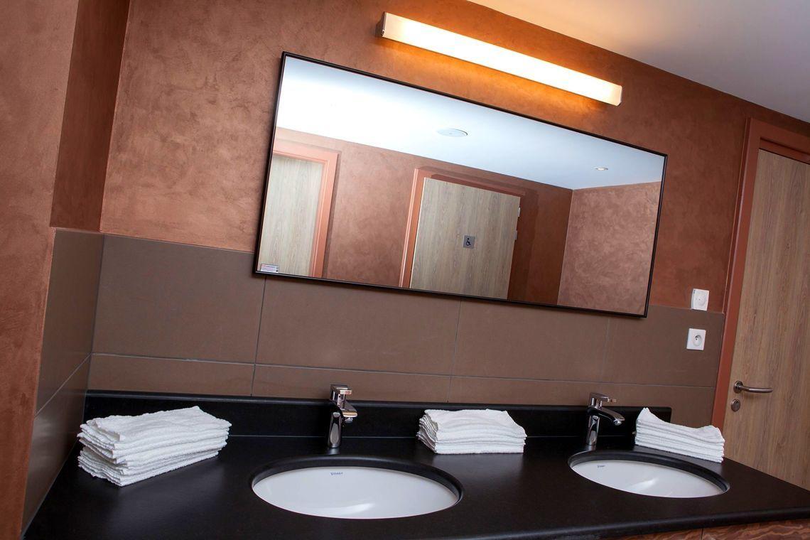 Fur Ein Gepflegtes Badezimmer Sind Saubere Spiegel Wie Dieser Hier Besonders Wichtig Eine Spiegelheizung Ve Waschbecken Design Badezimmer Badheizung