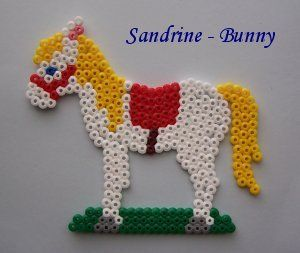 Cheval blanc hama perles repasser pinterest chevaux blancs hama et perles hama - Cheval a imprimer noir et blanc ...