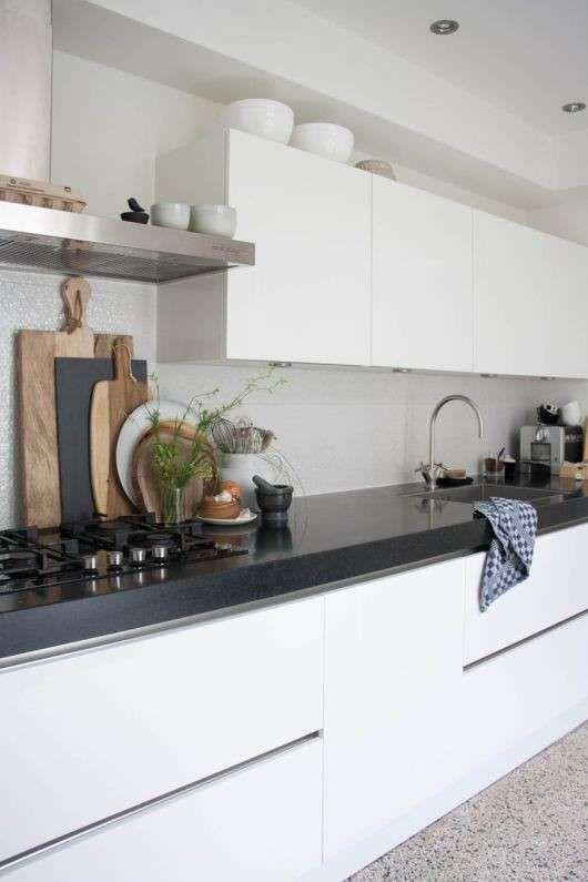 Arredare una cucina bianca - Piano della cucina a contrasto ...