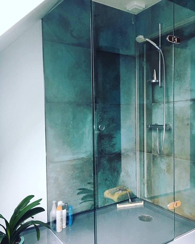 Industriële badkamer douche met groene tegels en wit stucwerk inspiratie