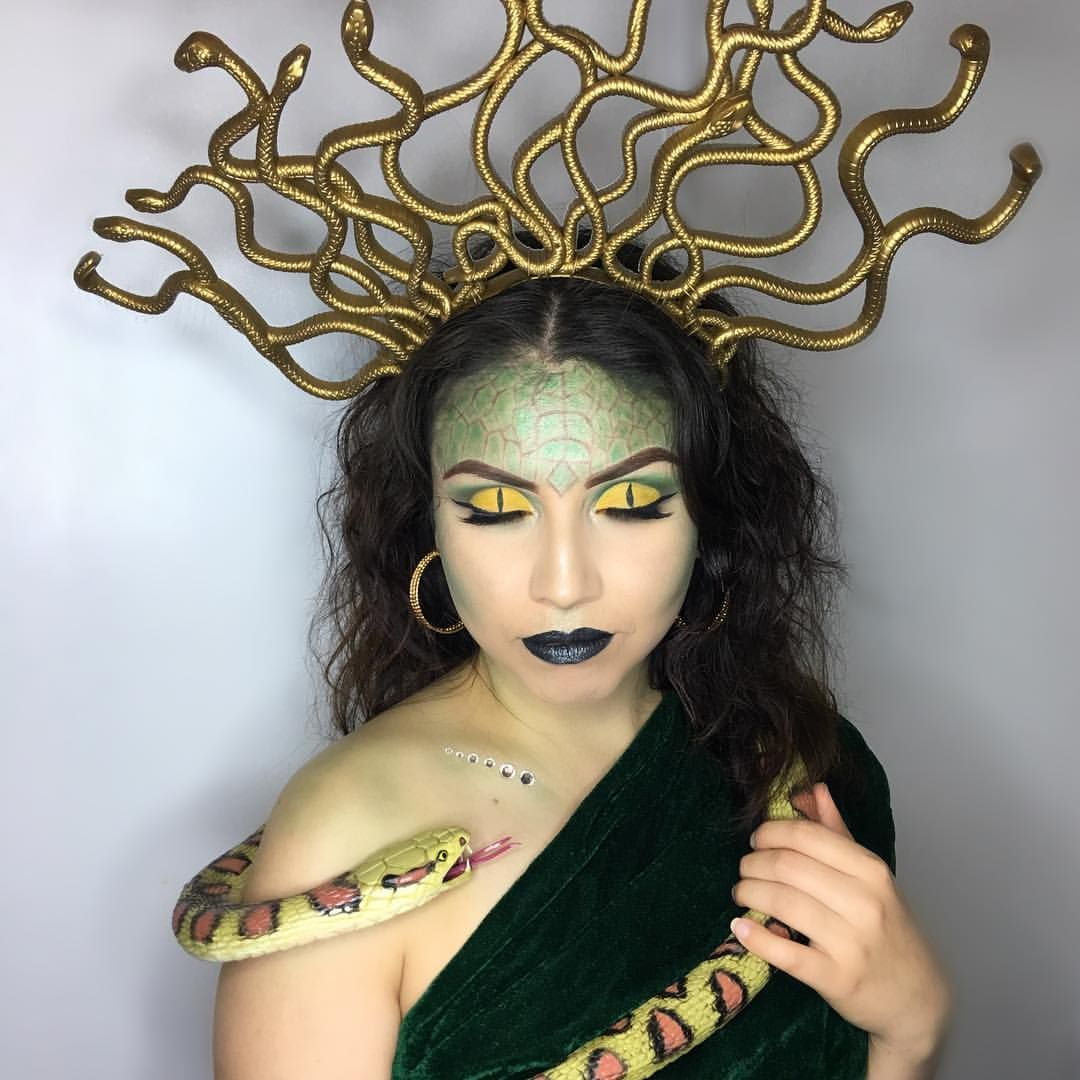 "Photo of 𝖤𝗌𝗆𝖾𝗋𝖺𝗅𝖽𝖺 𝖠𝗌𝖼𝖾𝗇𝖼𝗂𝗈 on Instagram: ""Medusa Halloween Makeup 🐍  Eyebrows: @anastasiabeverlyhills in medium brown Eyes: @nyxcosmetics fire palette @urbandecaycosmetics alice in…"""