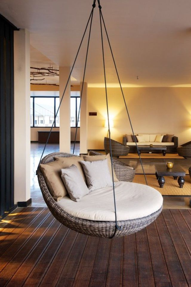 un salon cosy avec un fauteuil suspendu