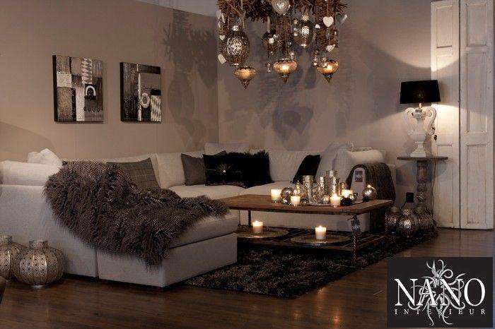 Warme sfeer, mooie kleuren en serie Marokaanse lampen geven een ...