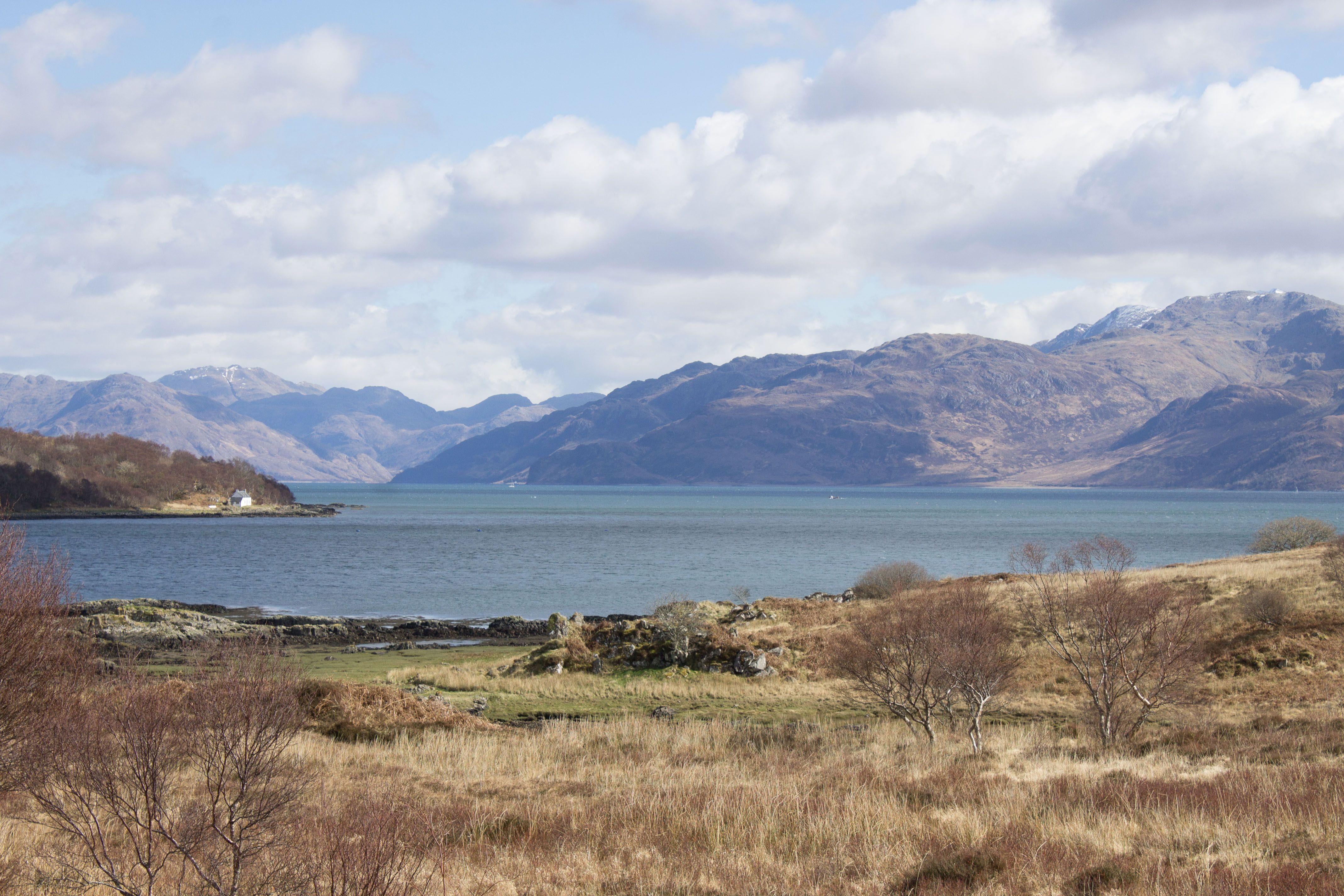 Récit d'une journée à la découverte des Highlands et la route côtière qui mène à Mallaig et à l'île de Skye. Découverte de l'Ecosse et du British Breakfast.