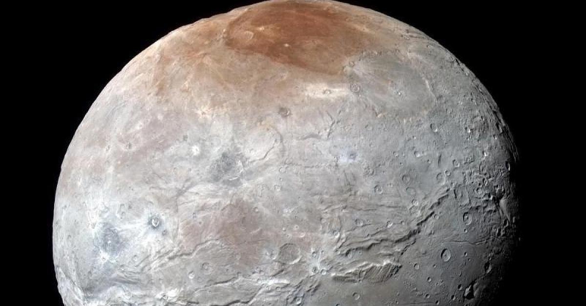 Focus.de - Plutomond Charon: Neue Aufnahmen verblüffen Astronomen - Universum: Mission Unendlichkeit