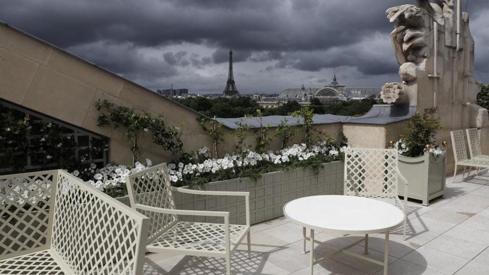 La terrasse de 112 m2 de la suite bernstein offre une vue directe sur