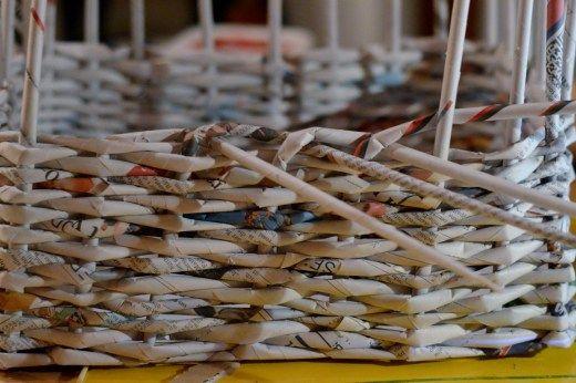 upcycling korb aus zeitungspapier geflochten k rbe panier papier basteln mit papier und. Black Bedroom Furniture Sets. Home Design Ideas
