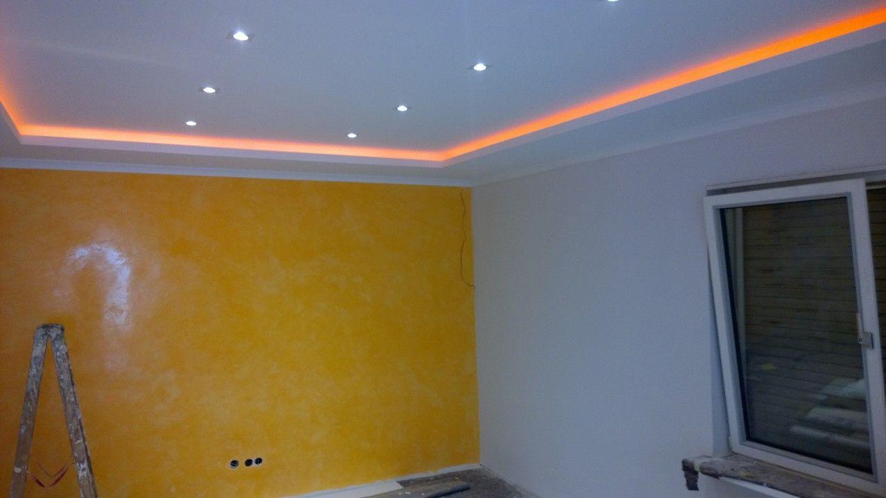 Farbige Indirekte Beleuchtung Und Passend Dazu Eine Gelbe Wischtechnik Wand Beleuchtung Indirektes Licht Indirekte Beleuchtung