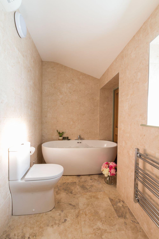 Beaverbrook 30 A modern freestanding bath in the en