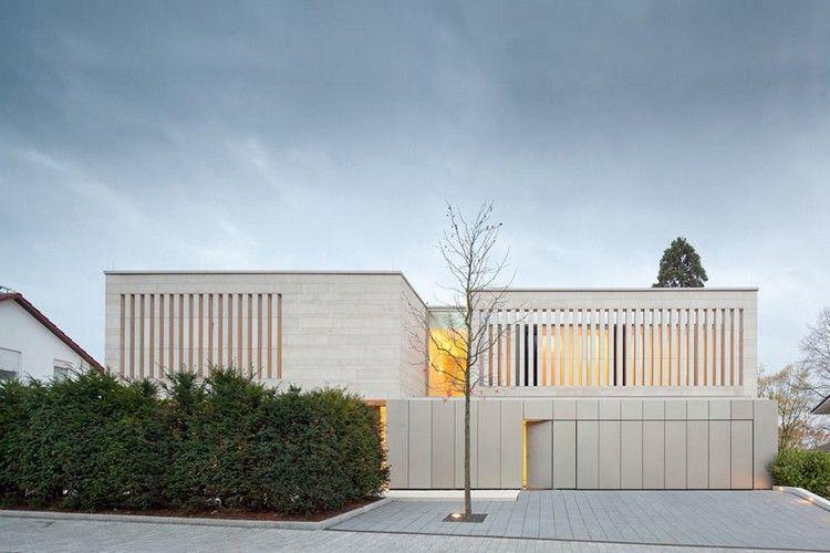 porte de garage bois blanc neige, parement extérieur en pierre - pierre de dallage exterieur