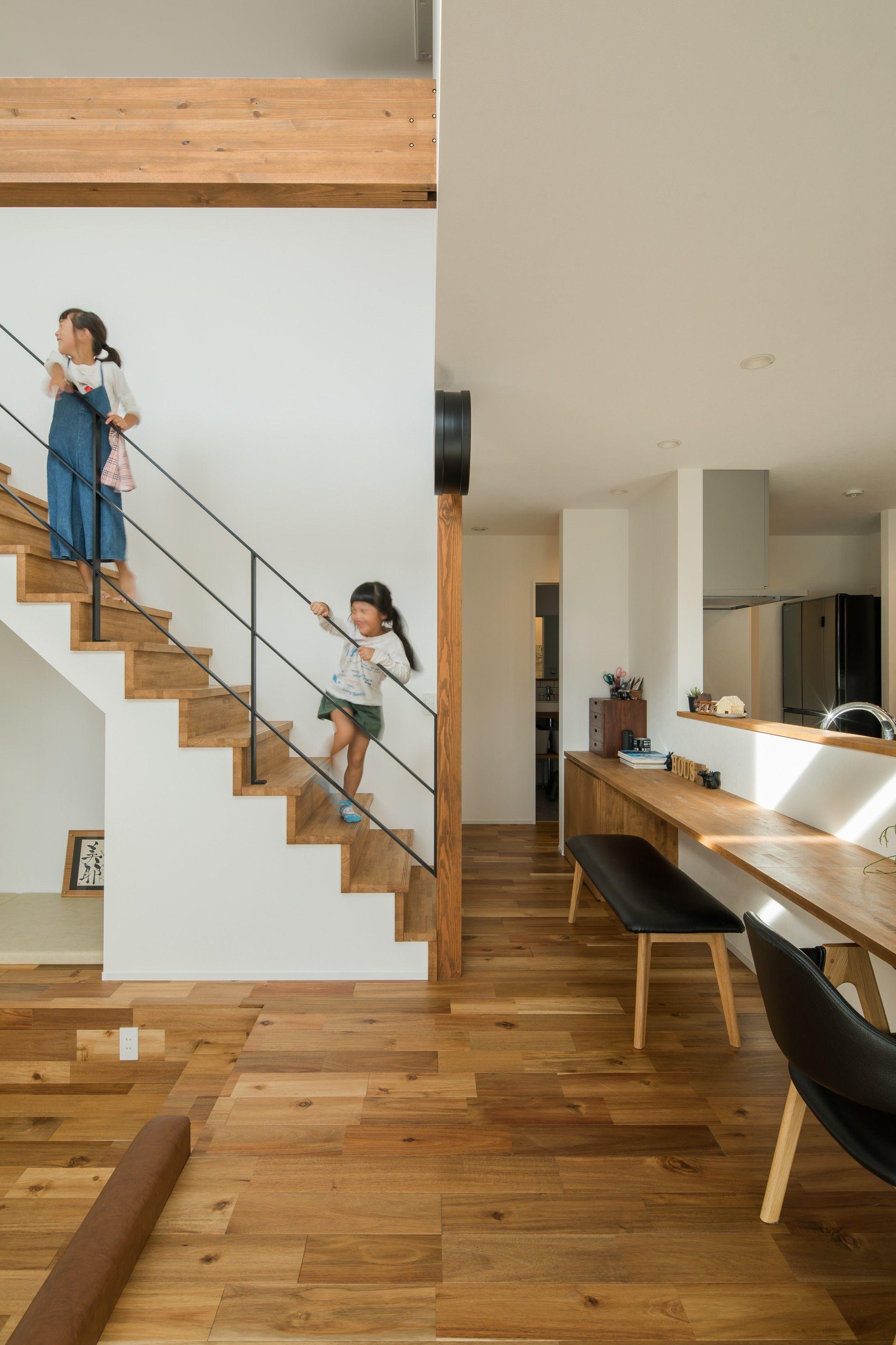 木の風合いとアイアン手すりが程よく調和したリビング階段