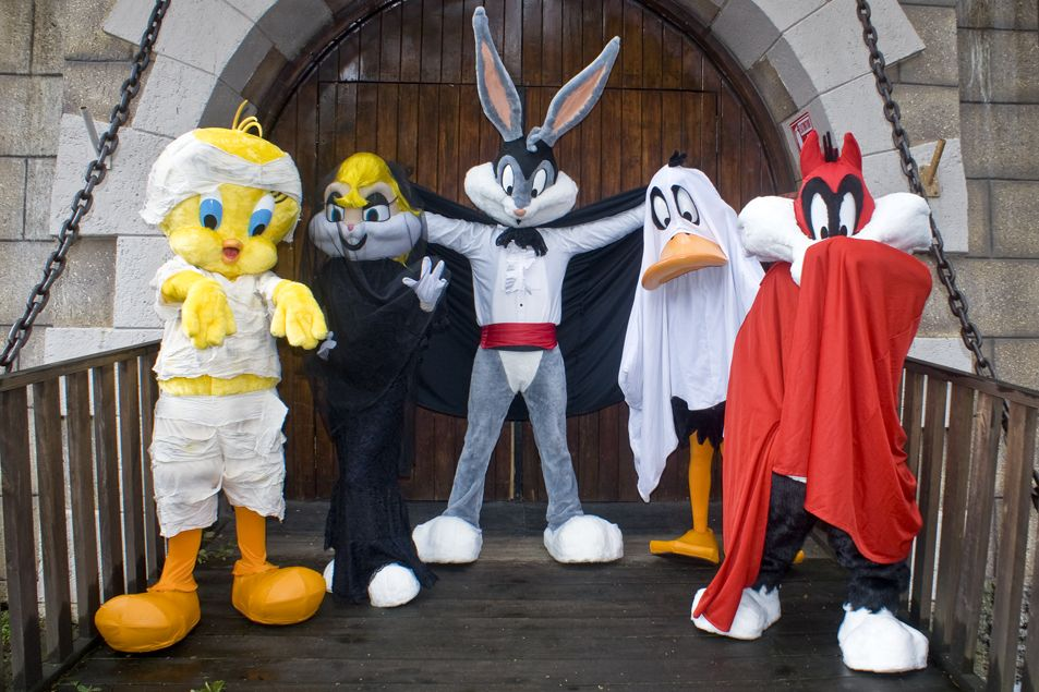 Looney Tunes At Six Flags Fright Fest Theme Parks Rides Six Flags Looney Tunes Characters