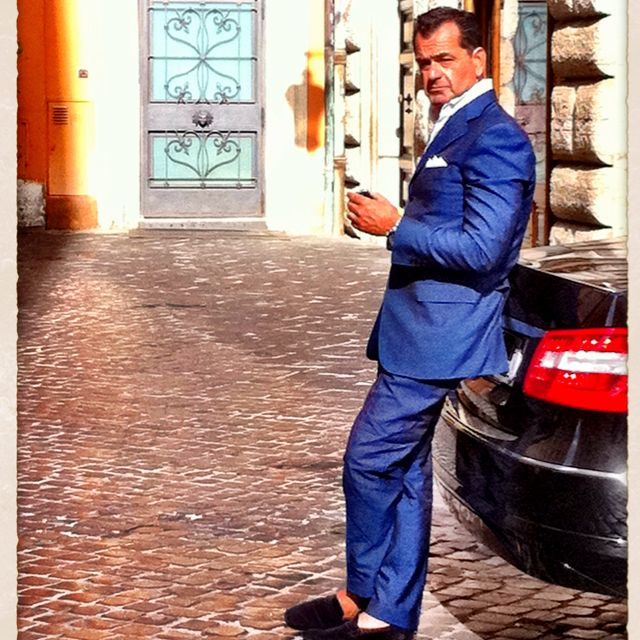 0ccdc7362e Italian man chilling outside my hotel in Rome. These guys know what style  is. Come on American men