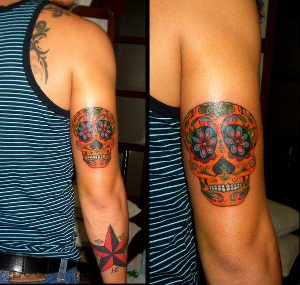 farbige tattoo unterarm bilder männlich totenkopf stern