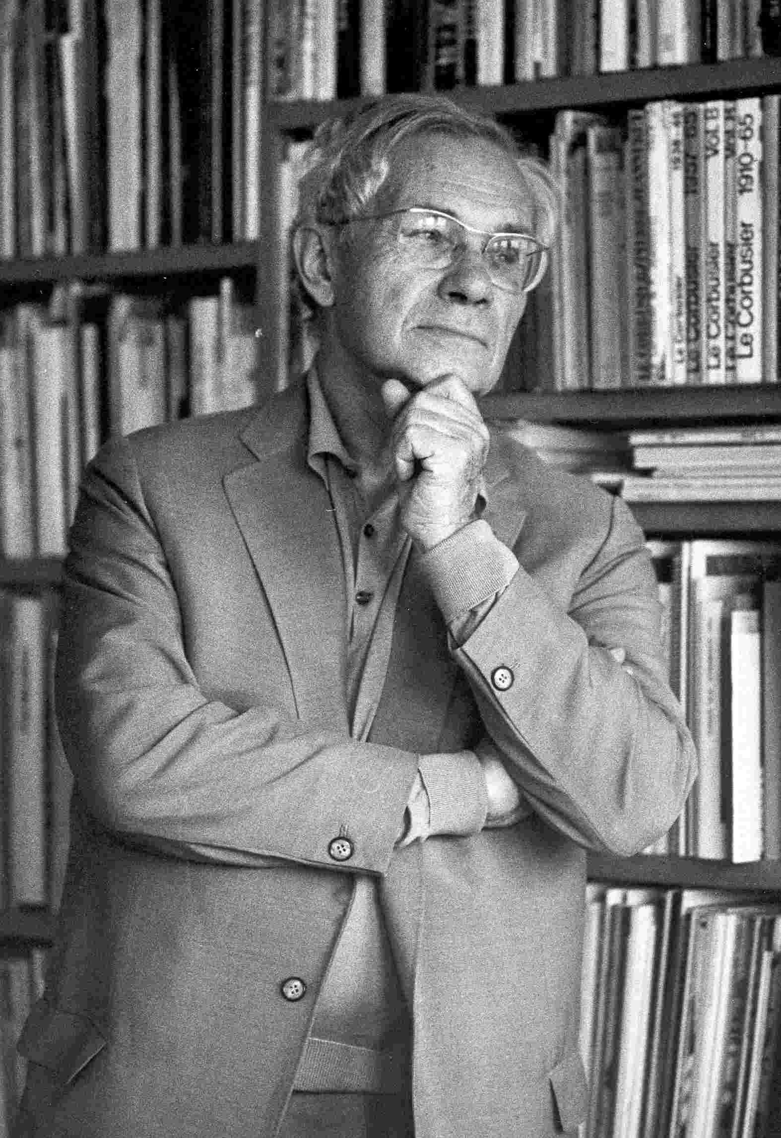 """Von 1951 bis 1956 war Max Bill Mitbegründer, Architekt und erster Rektor der Hochschule für Gestaltung in Ulm. 1961 bis 1964 prägte er die Schweizerische Landesausstellung in Lausanne als Chefarchitekt des Sektors """"Bilden und Gestalten"""" bevor er von 1967 bis 1974 als Professor an der Staatlichen Hochschule für Bildende Künste in Hamburg tätig war. Max Bill erhielt 1993 den """"Praemium Imperiale"""". Er verstarb am 9. Dezember 1994 in Berlin. http://www.connox.de/max-bill.html?p=100465=designer"""
