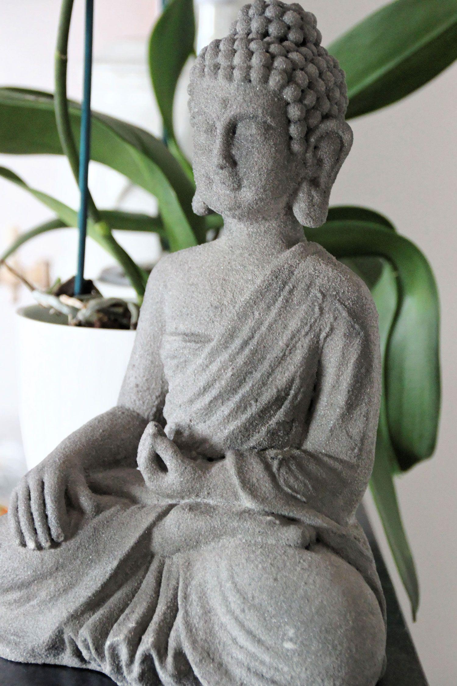 Une Jolie Collection De Statuettes Bouddhas Pour Une Decoration Zen Et Asiatique Reussie Decoration Asiatique Statuette Bouddha Decoration Africaine