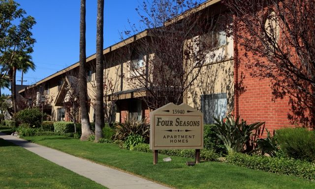Four Seasons Apartments 15940 Indiana Avenue Paramount Ca 90723 562 531 8353 Http Www Amcliving Com Profile Asp Aid 18654 Four Seasons Sidewalk Apartment
