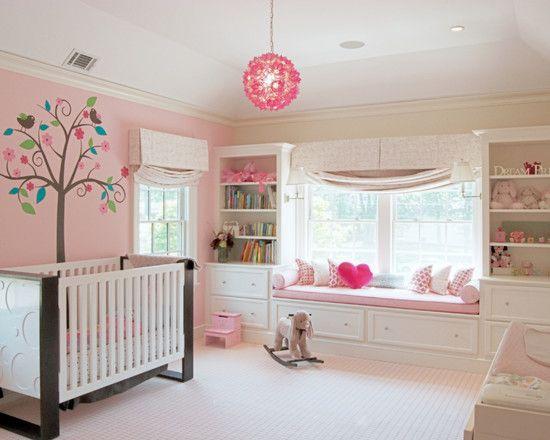 Babyzimmer mit fensterbank rosafarbene w nde gegenst nde kinderzimmer schulkind pinterest - Kinderzimmer schulkind ...