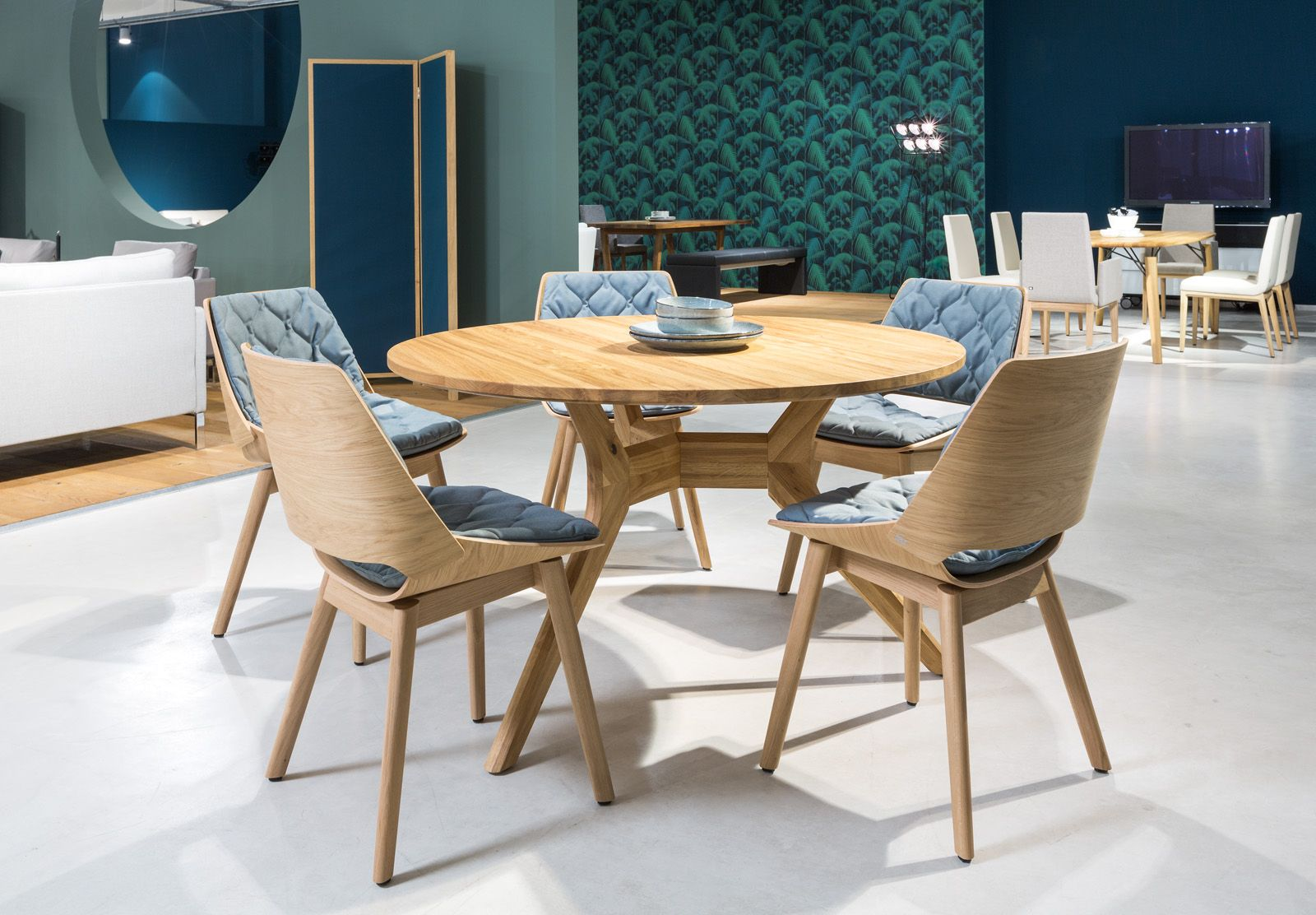 Rolf Benz 965 dining table in natural oak with round top and ...