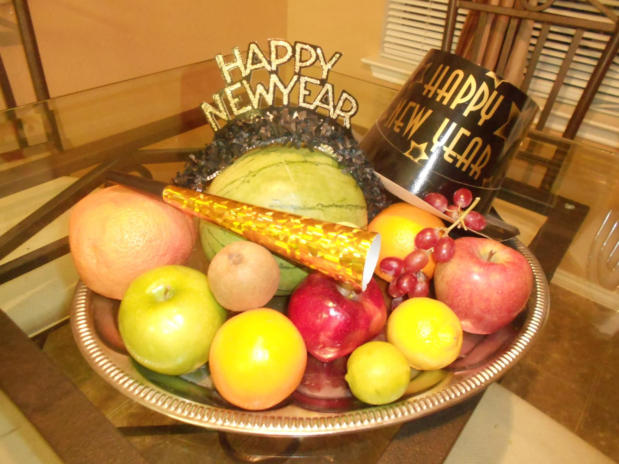 Every New Year S Eve Most Filipinos Gather 12 Round Fruits To Bring Forth Blessings In The Coming Year New Years Eve Traditions New Years Traditions Newyear