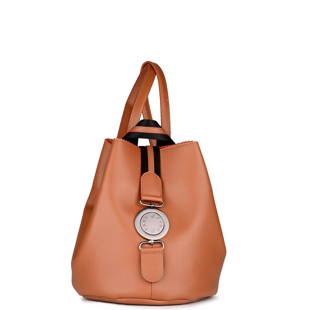 10973e8c05 Γυναικεία τσάντα πλάτης FRNC by Francesco με διακοσμητική μεταλλική αγκράφα  και εσωτερικό πορτοφόλι.Κλείνει με