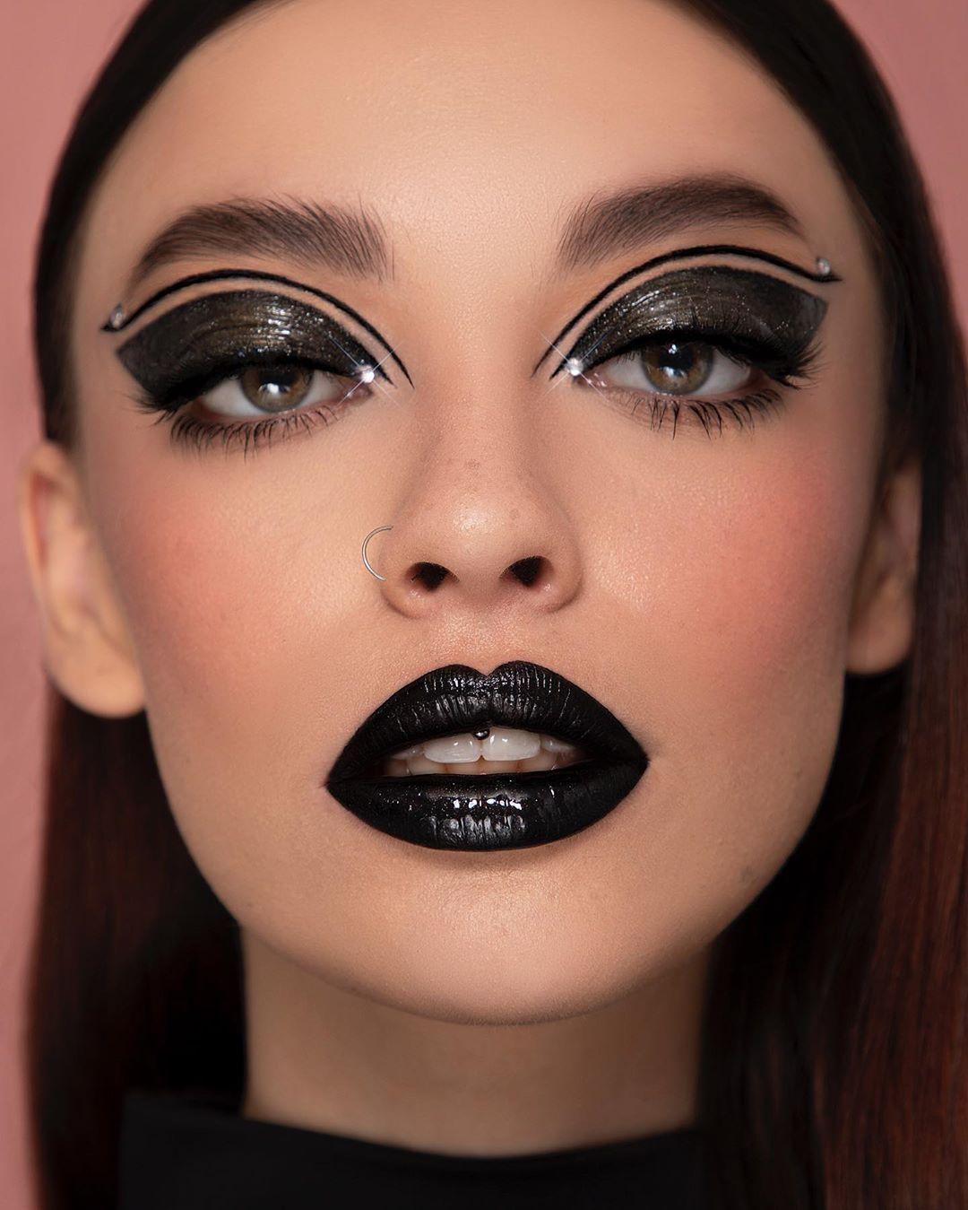 """JUAN DAVID FERRAZZO 🌹 on Instagram: """"🖤✨GLOSSY DARKNESS ✨🖤 Look editorial !!! Maquillaje y fotografía por mi @juandavidferrazzo  Modelo: @leidydelah  Productos:  Preparación…"""""""