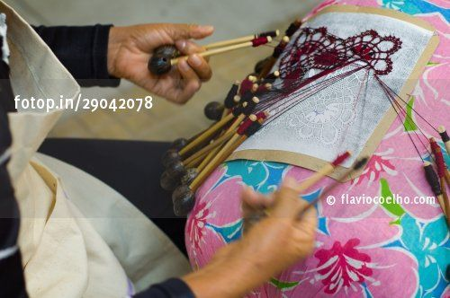 Renda de bilros (Woman doing renda de bilro, Brazilian bobbin lace) © flaviocoelho.com (stock photo)