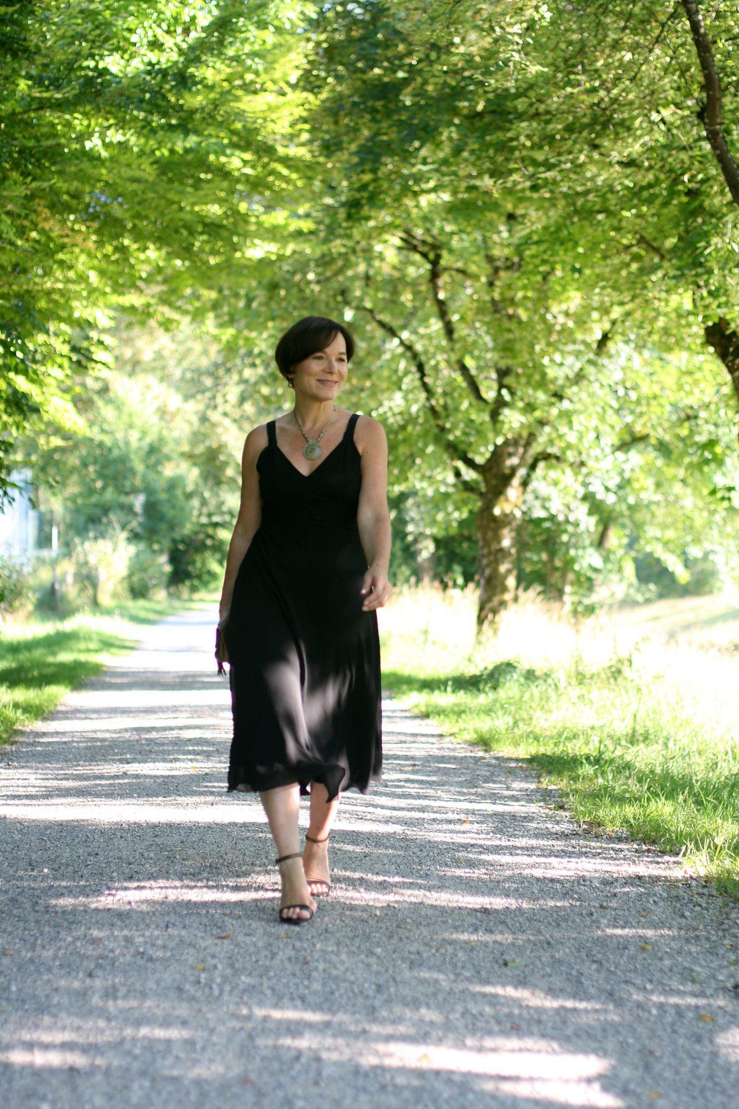 Schwarzes, rückenfreies Kleid und meine Erfahrung mit ...