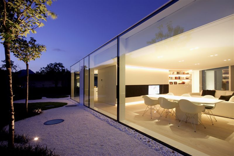 Salle à manger moderne avec un parquet en bois clair   Lakes ...