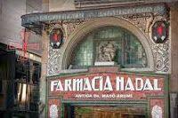 farmacia Nadal, situada en la Ramba, 121, conserva gran parte de la decoración original, del entorno de 1920. Destacan los grandes arcos de medio punto del entresuelo, con esculturas alusivas rodeados de esgrafiados.Barcelona
