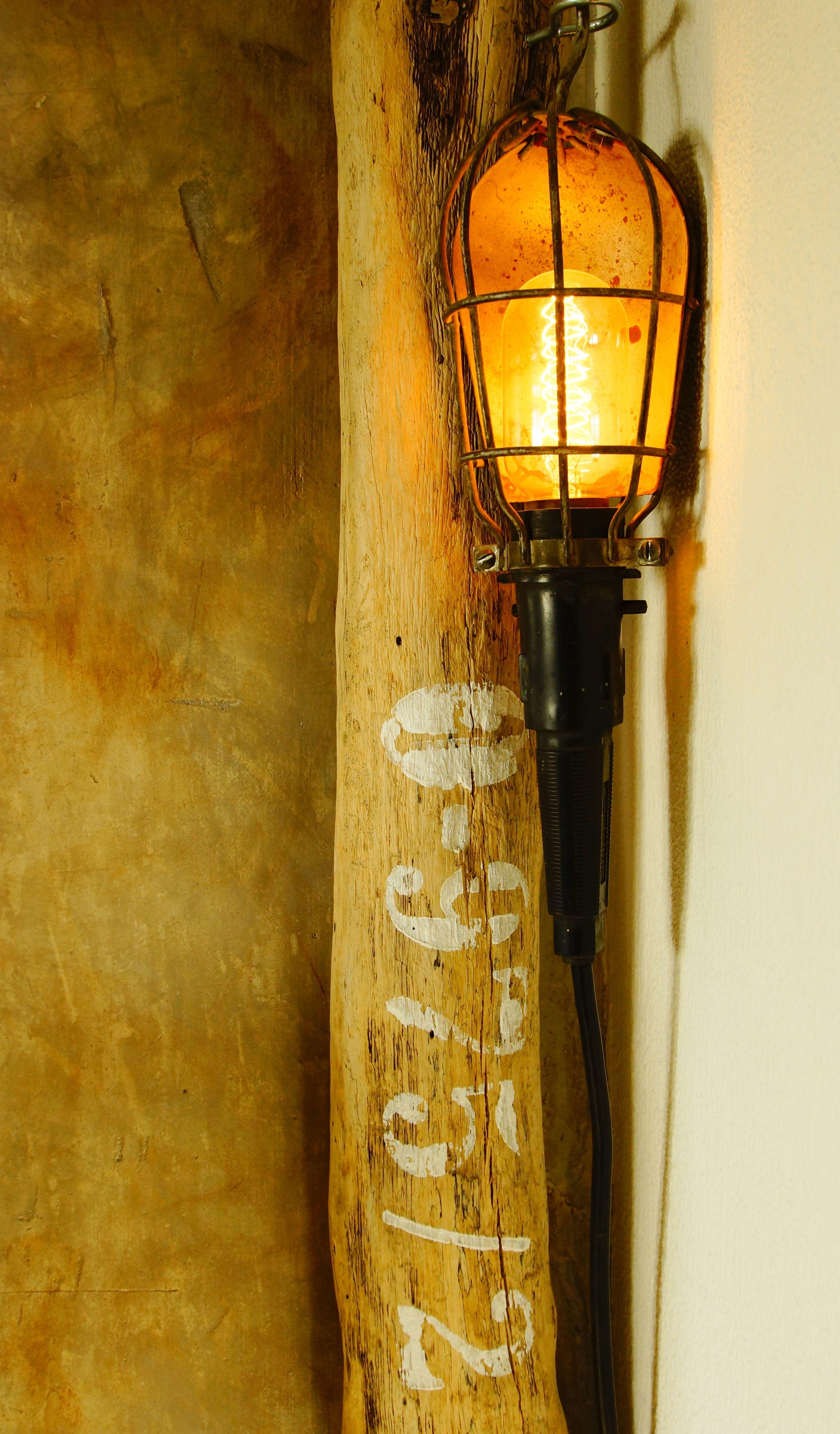 alte Leuchte..an ein langes Stück Strandgut aus Dänemark gehängt ...fertig ist die Wohnzimmerlampe