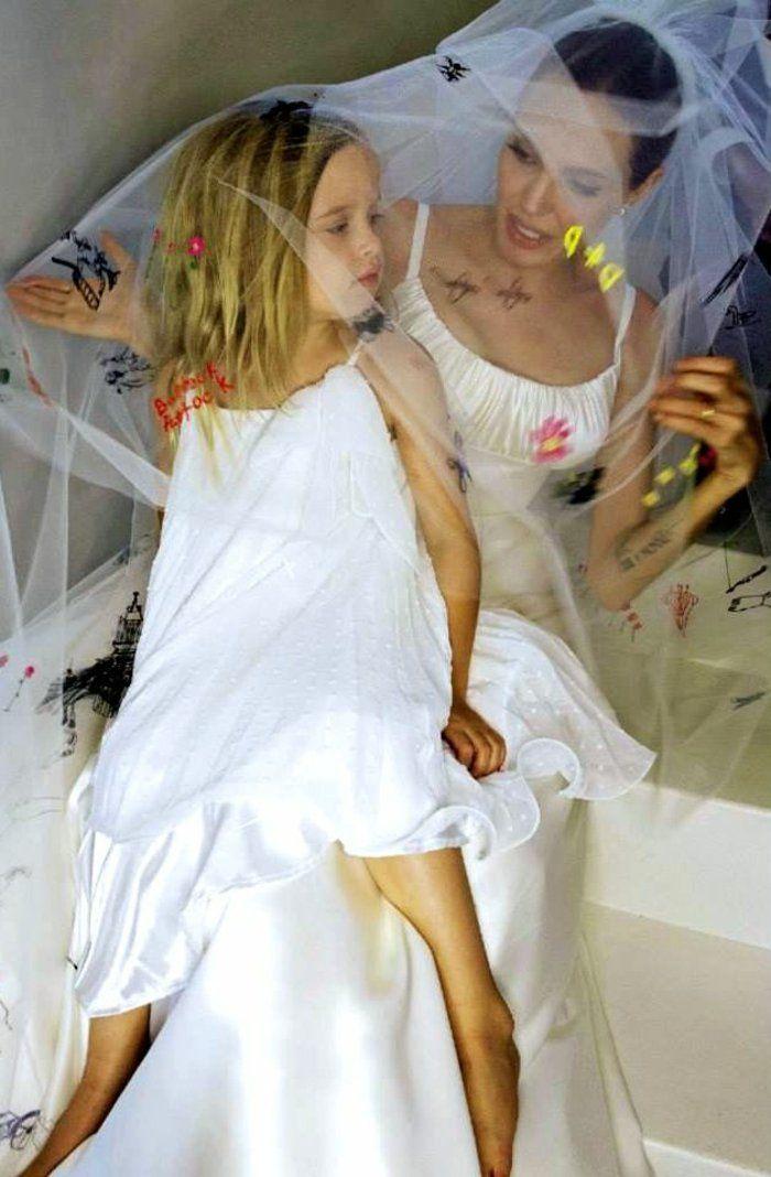 Angelina Jolie Kinder Und Familienleben Machen Sie Glucklich Angelina Jolie Wedding Brad And Angelina Wedding Dresses