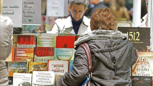 El libro, el nuevo vinilo / @pburgom + @eldiarionorte + @eldiarioes   En el 'Dia del Libro' que hoy se celebra, las ventas pueden multiplicarse por cuatro : el sector acusa una importante caída debido al auge de las grandes distribuidoras   #books