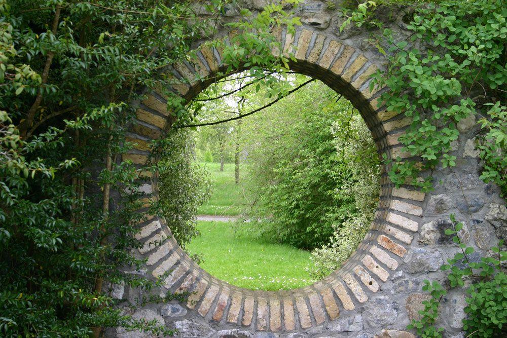 Bakstenen Muur Tuin : Stenen muur met ronde doorkijk op park tuinposter.nl 2.1