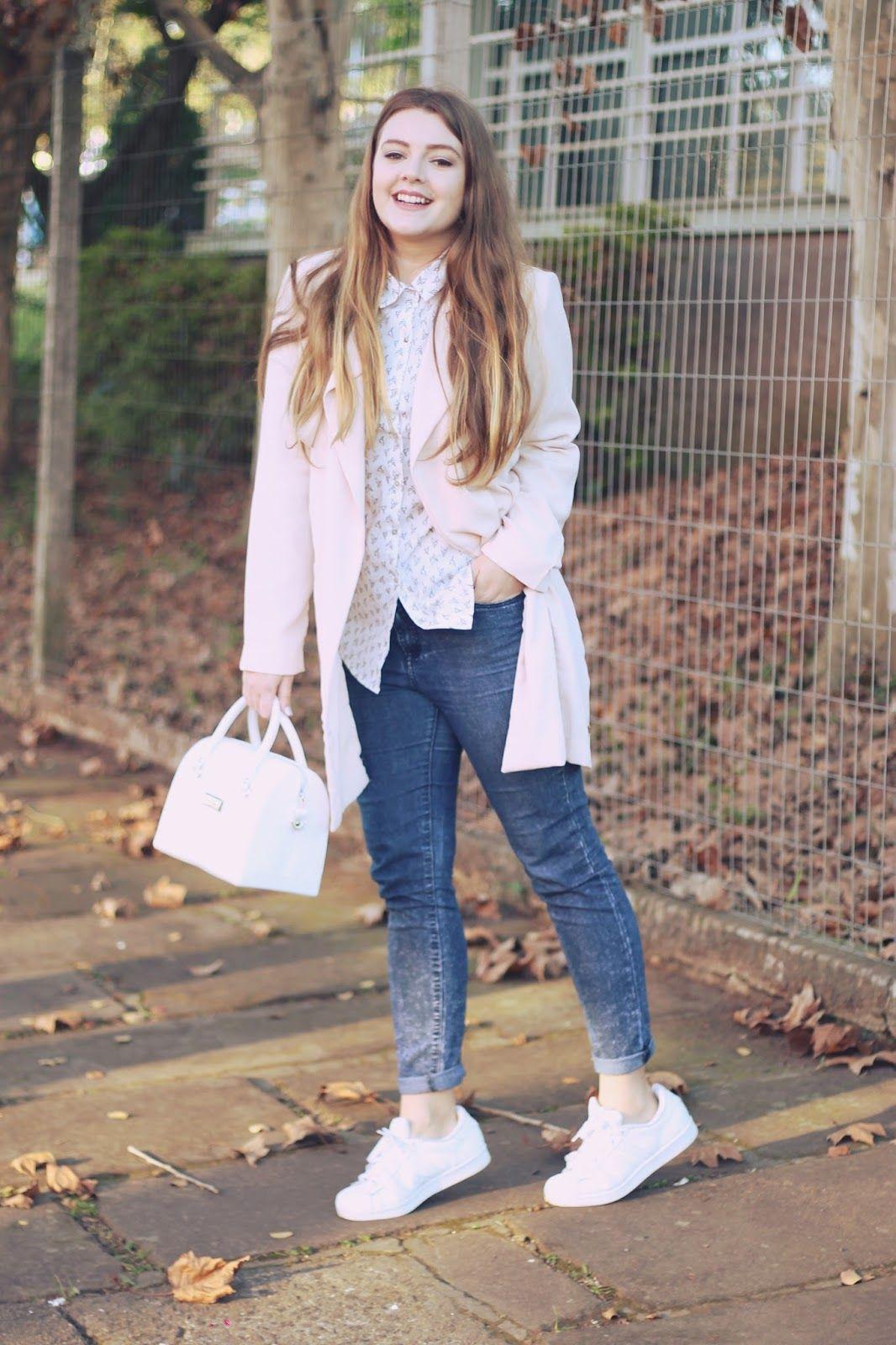 a4a69eaf3b Look com a cor do ano  Rose em um casaco longo de alfaiataria com uma  camisa branca fofa e Adidas Superstar nos pés! Abusando do minimalismo e  sendo fashion ...