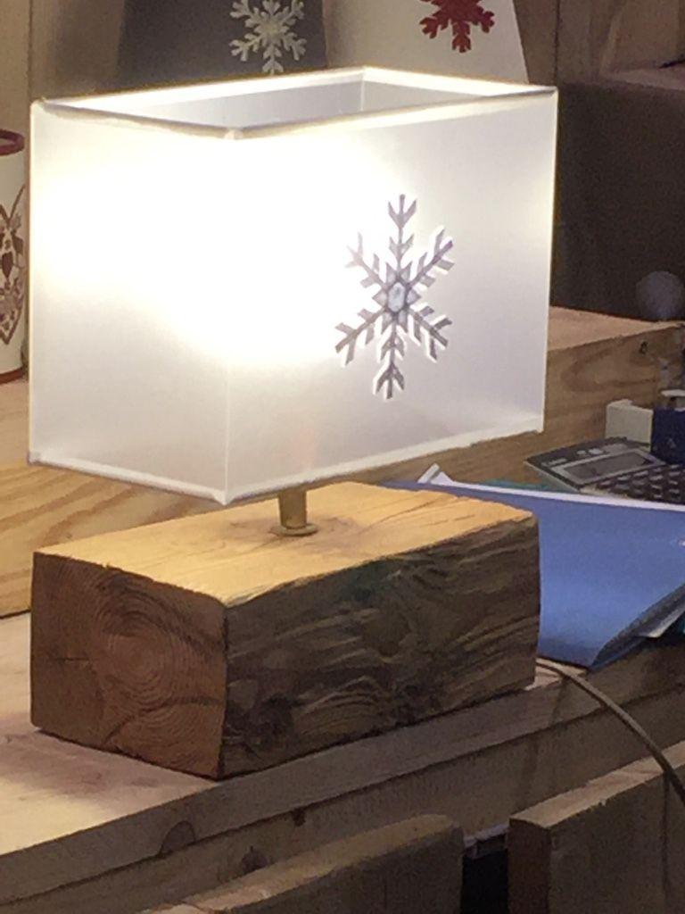 lampe avec pied en vieux bois et abat jour flocon translucide pour une lumi re vraiment. Black Bedroom Furniture Sets. Home Design Ideas