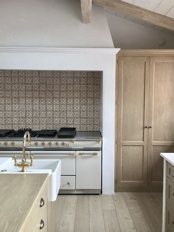 Giannetti Home White And Wood Kitchen Kitchen Design Raw Wood Brass Accents Patterned Interior Design Kitchen Modern Mediterranean Homes Kitchen Interior