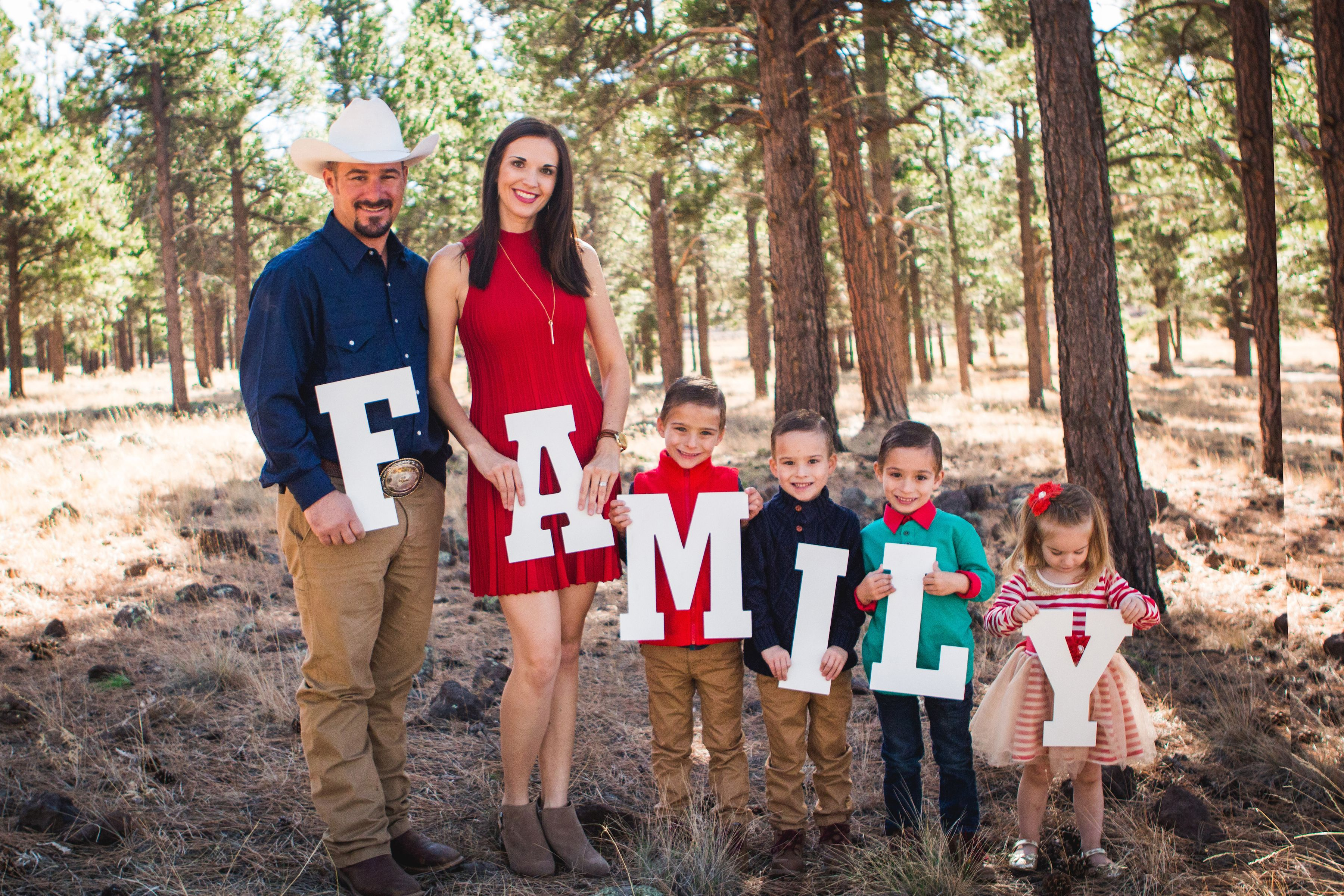 Large Family Photo Ideas Family Holiday Photos Red Gold Navy Green Family Christmas Pict Family Photos What To Wear Family Photo Colors Cute Family Pictures