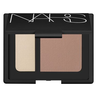 Sculpt away with this dynamic contour blush duo that adds natural-looking dimension and illumination to enhance the face.